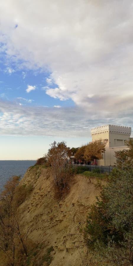 Château sur le haut bord de mer photographie stock