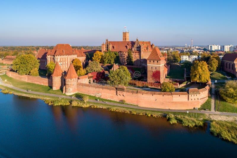 Château Teutonic dans Malbork, Pologne Silhouette d'homme se recroquevillant d'affaires photos libres de droits