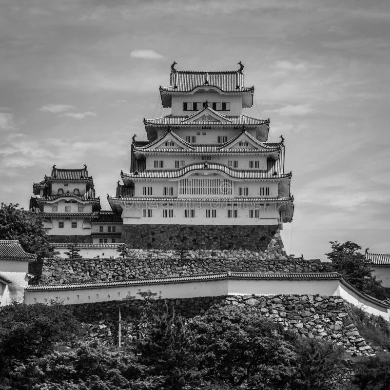 Château traditionnel de Himeji un jour clair et ensoleillé avec beaucoup de verts autour Himeji, Hyogo, Japon, Asie photo libre de droits