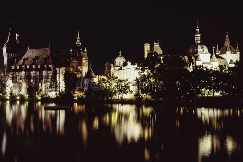 Château Vajdahunyad la nuit image stock