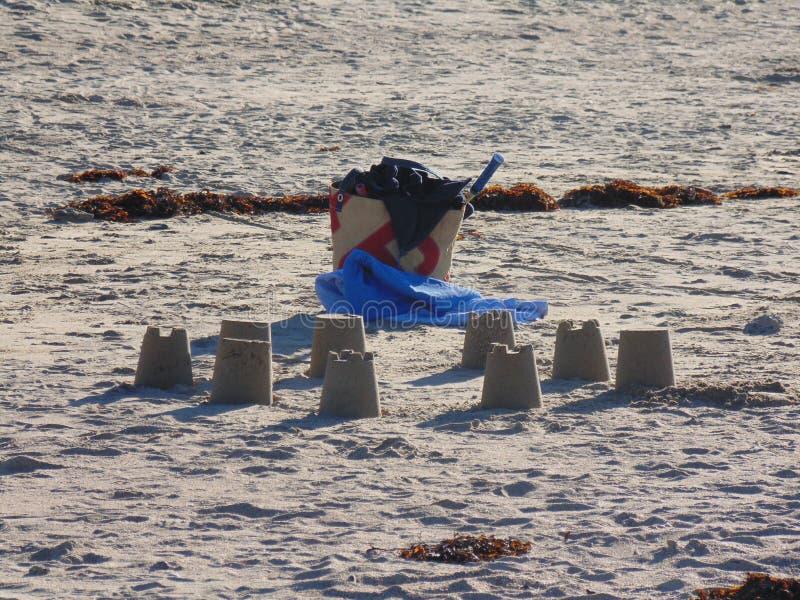 Châteaux de sable sur une plage Bretonne photographie stock libre de droits