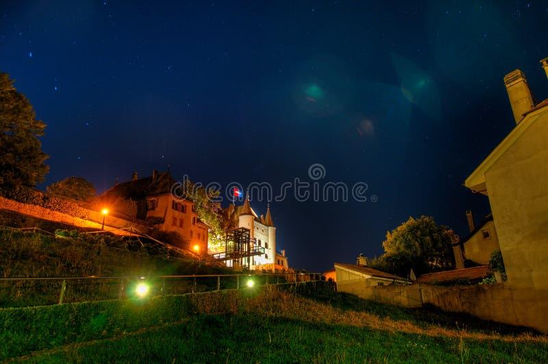 Château DE 's nachts Nyon stock fotografie