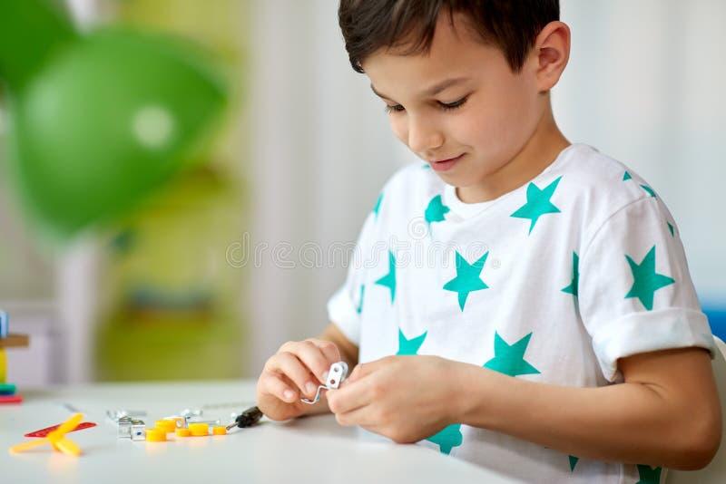 Chłopiec bawić się z budynku zestawem w domu zdjęcie stock