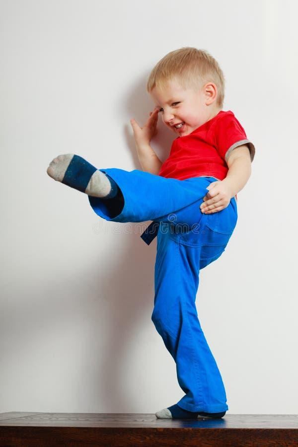 Chłopiec bawić się zabawę i ma obrazy stock