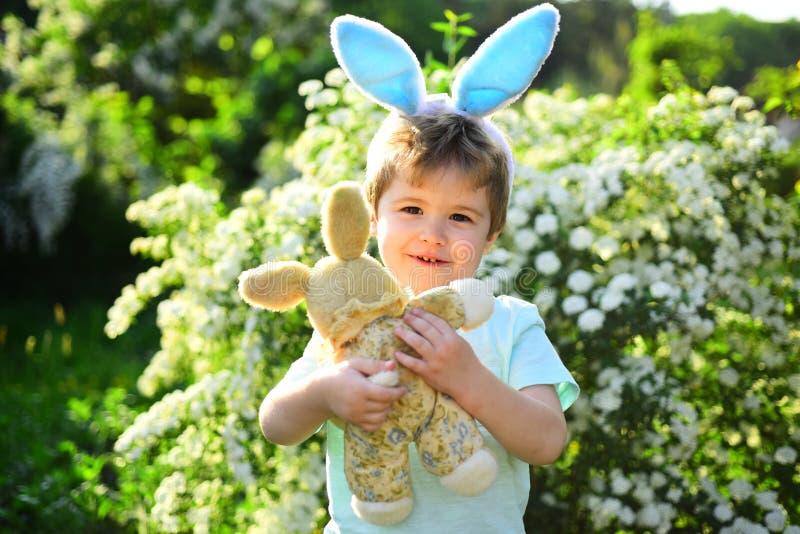 Chłopiec dziecko w zielonym lasowym Szczęśliwym Easter Dzieciństwo Jajeczny polowanie na wiosna wakacje Królika dzieciak z królik zdjęcie royalty free