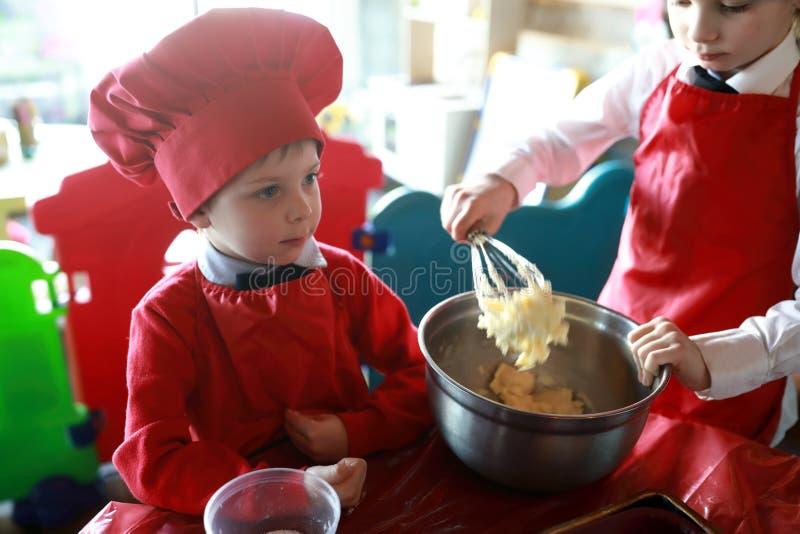 Chłopiec ingerują z ciastem zdjęcie royalty free