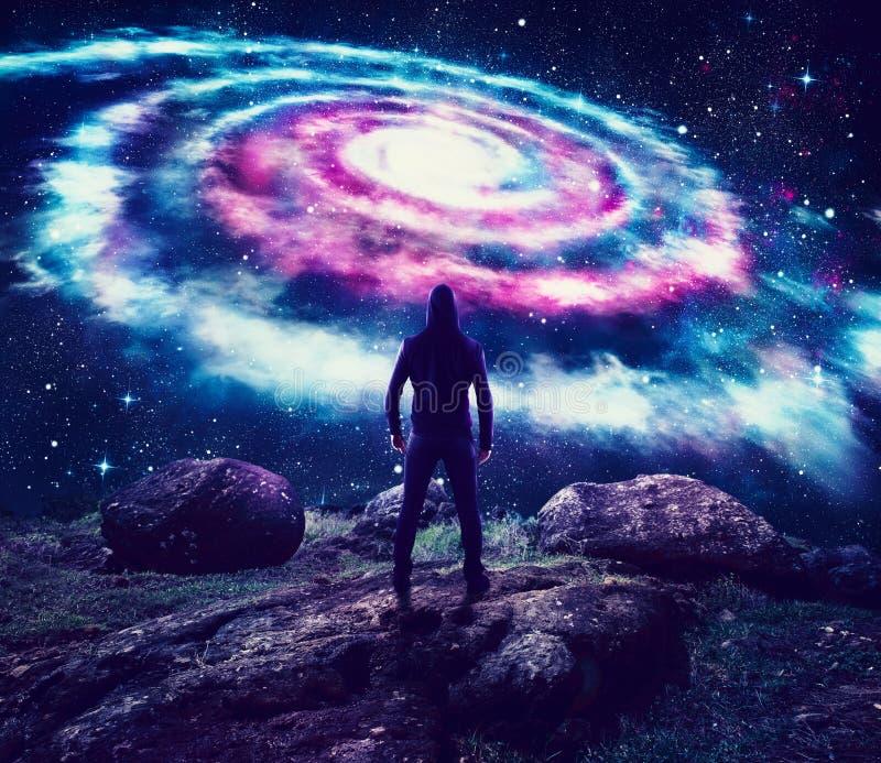 Chłopiec obserwuje kolorowego galaxy w niebie royalty ilustracja