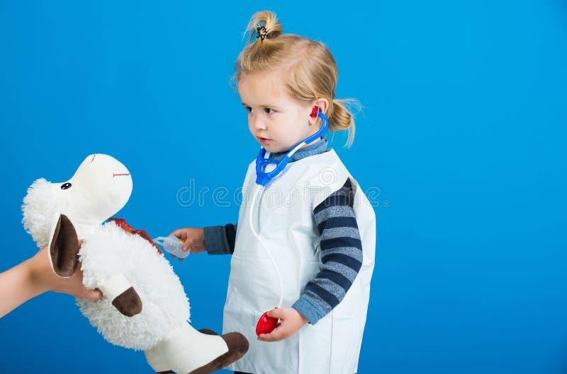Chłopiec sztuki weterynarza lekarka z zabawkarskimi caklami w matki ręce zdjęcia royalty free