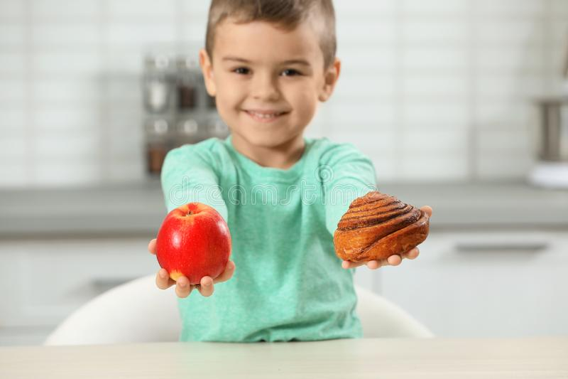 Chłopiec z ciastem i jabłkiem w domu zdjęcia stock