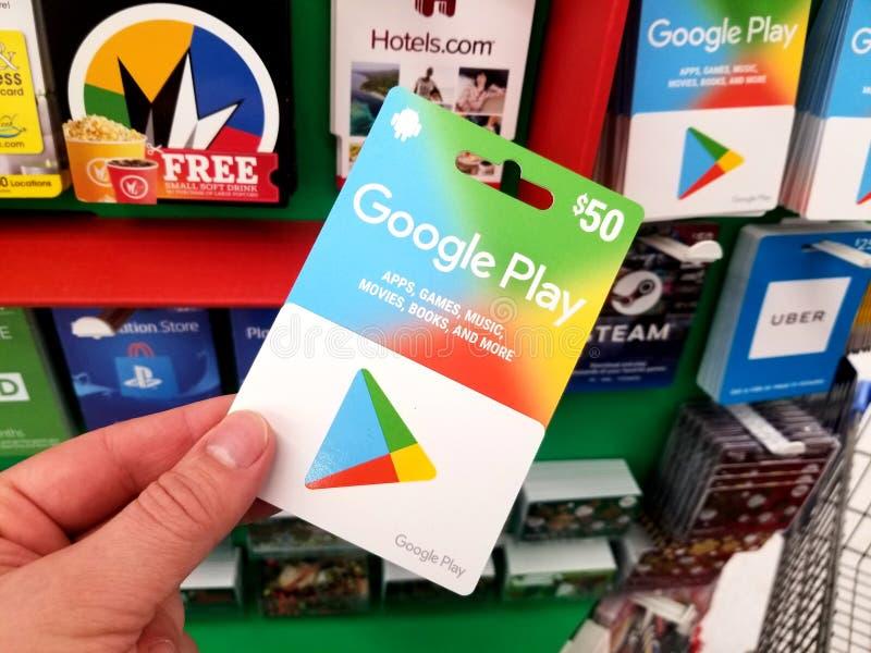Chèque-cadeau de Google Play dans une main image libre de droits
