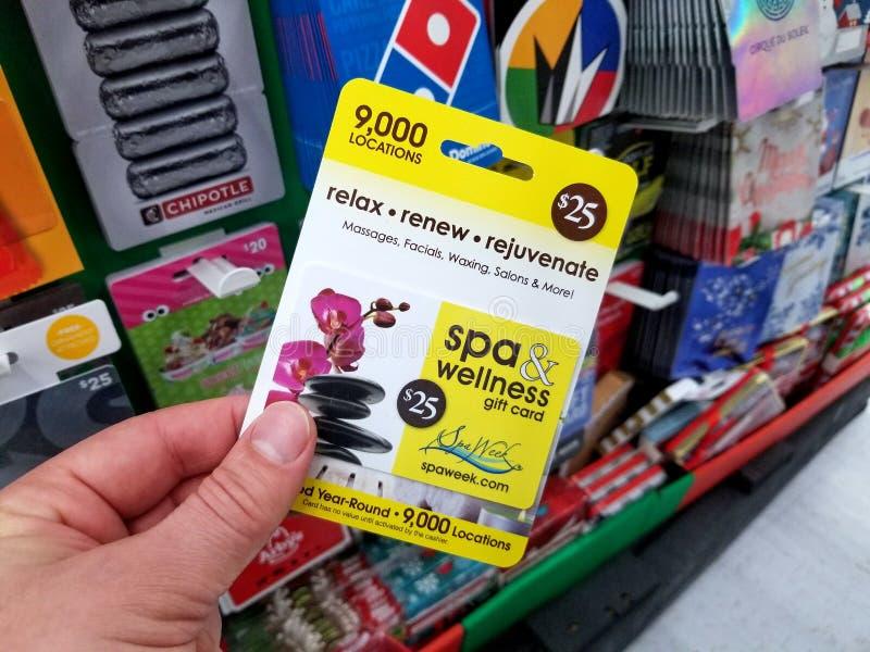 chèque-cadeau de spaweek dans une main photos libres de droits
