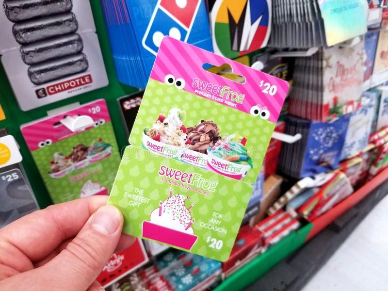 chèque-cadeau de sweetfrog dans une main photo libre de droits