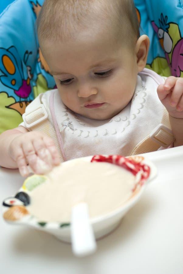 Chéri étant alimentée avec l'aliment pour bébé image libre de droits