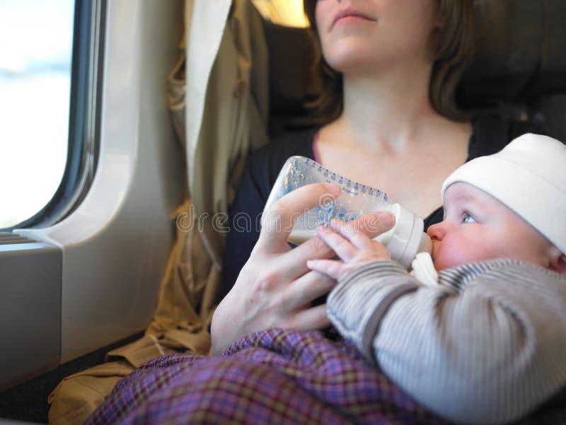 Chéri alimentante de mère images stock