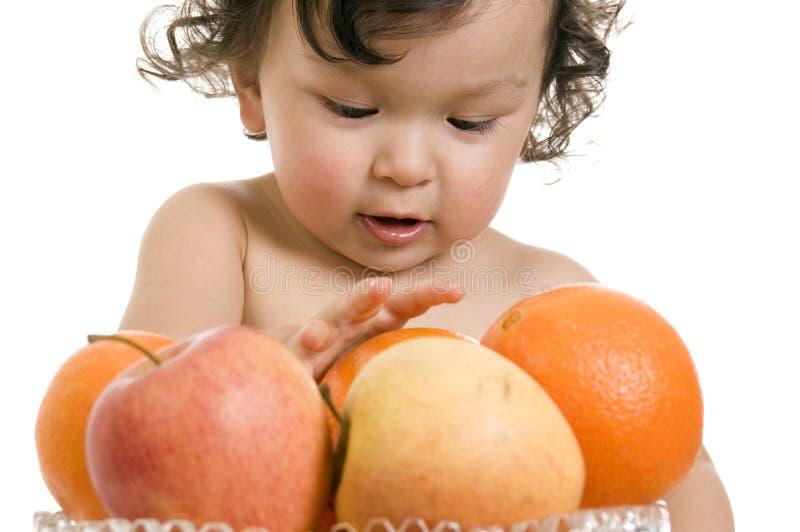 Chéri avec des fruits. photo libre de droits