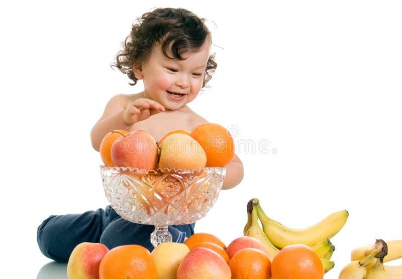 Chéri avec des fruits. image libre de droits