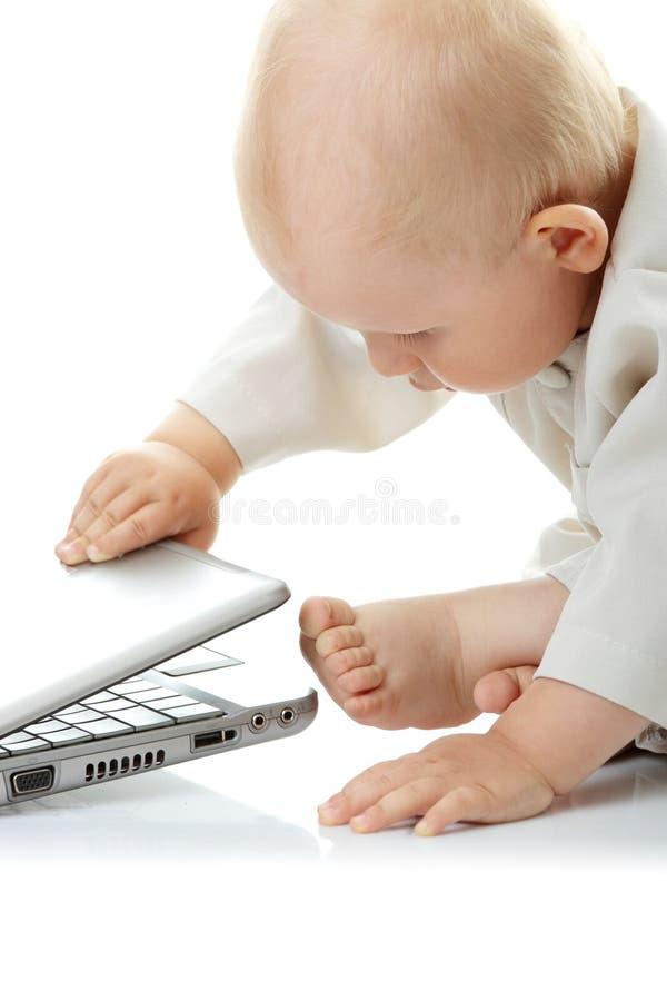 Chéri avec l'ordinateur portatif photographie stock libre de droits