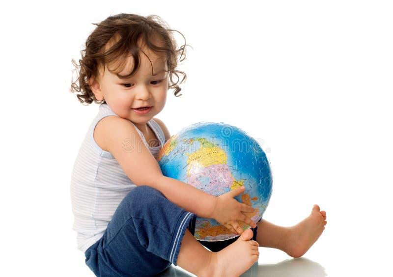 Chéri avec le globe. images libres de droits