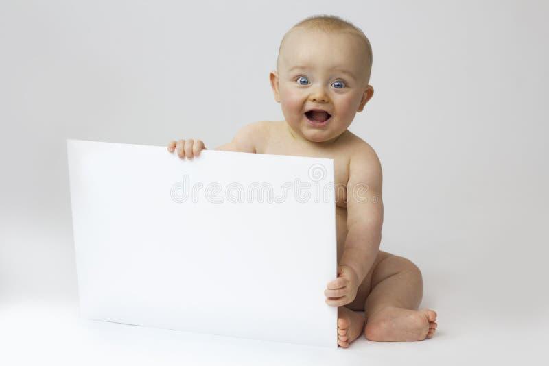 Chéri avec le panneau blanc sur le blanc images stock