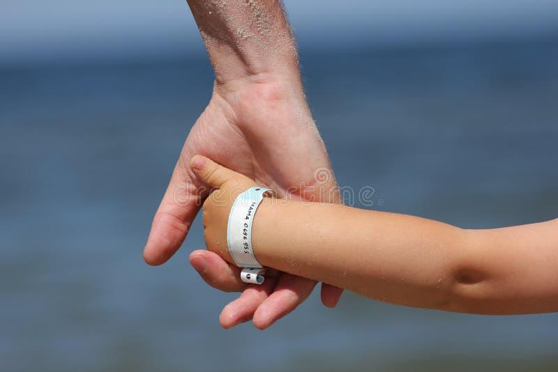 Chéri avec le wristband d'information images libres de droits