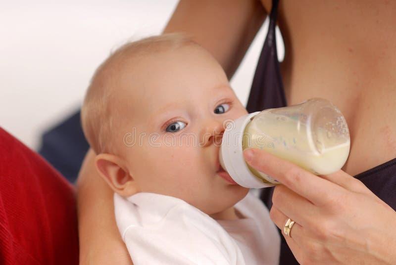Chéri buvant d'un lait photo stock