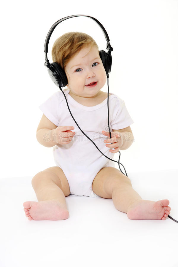 Chéri chanteuse heureuse avec les écouteurs noirs photos libres de droits