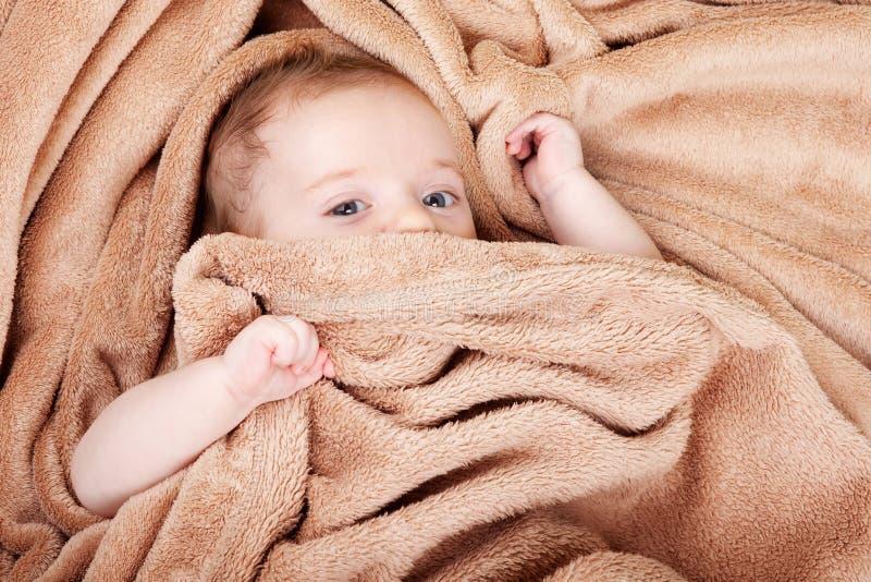 Chéri couverte en essuie-main images libres de droits