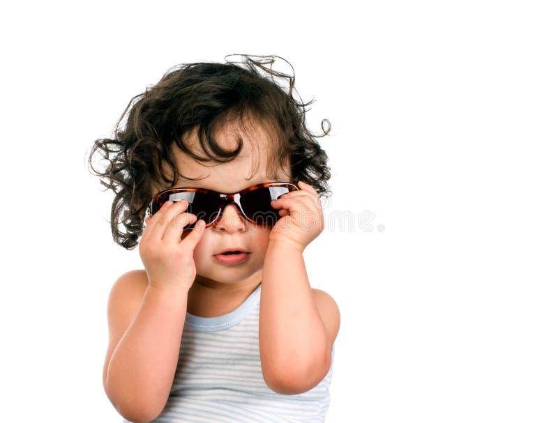 Chéri dans des lunettes de soleil. image stock