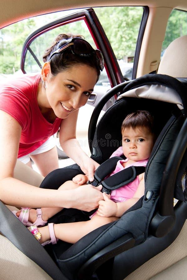 Chéri dans le siège de véhicule pour la sécurité images stock
