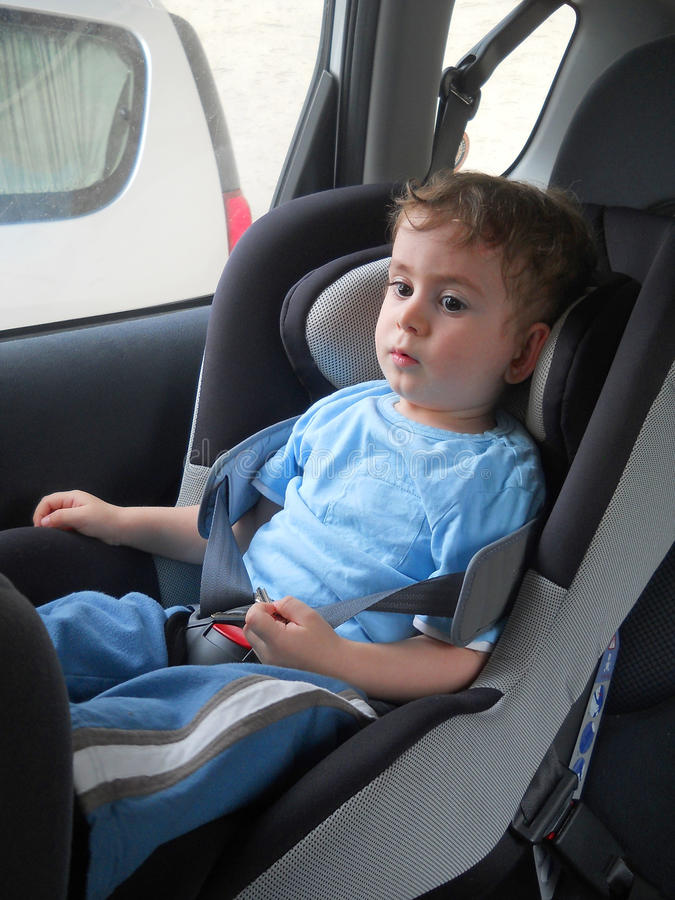 Chéri dans le siège de véhicule pour la sécurité image libre de droits