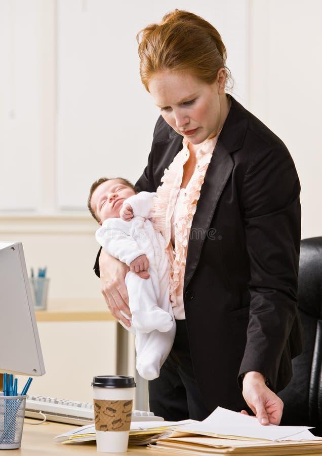 Chéri de fixation de femme d'affaires au bureau image stock
