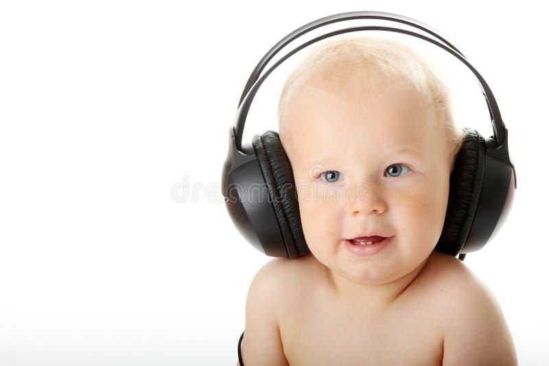 Chéri de sourire avec l'écouteur image libre de droits