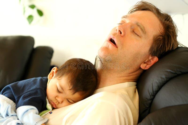 Chéri dormant sur le coffre du papa images stock