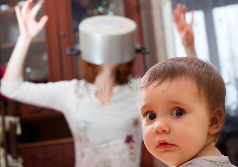 Chéri effrayée contre la mère folle photo libre de droits