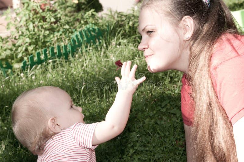 Chéri et mère étonnantes photo stock