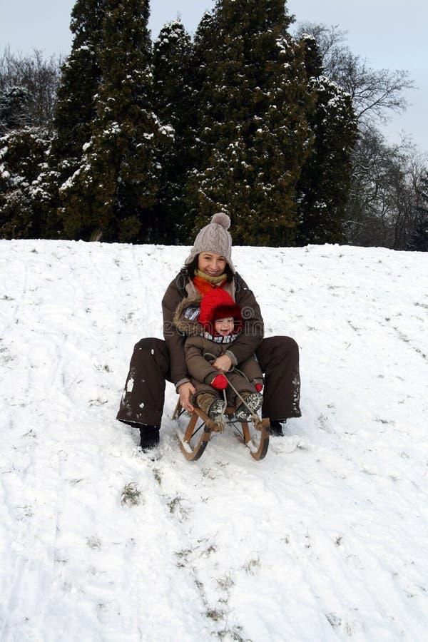 Chéri et maman sledding images stock