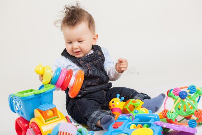 Chéri jouant avec des jouets images stock