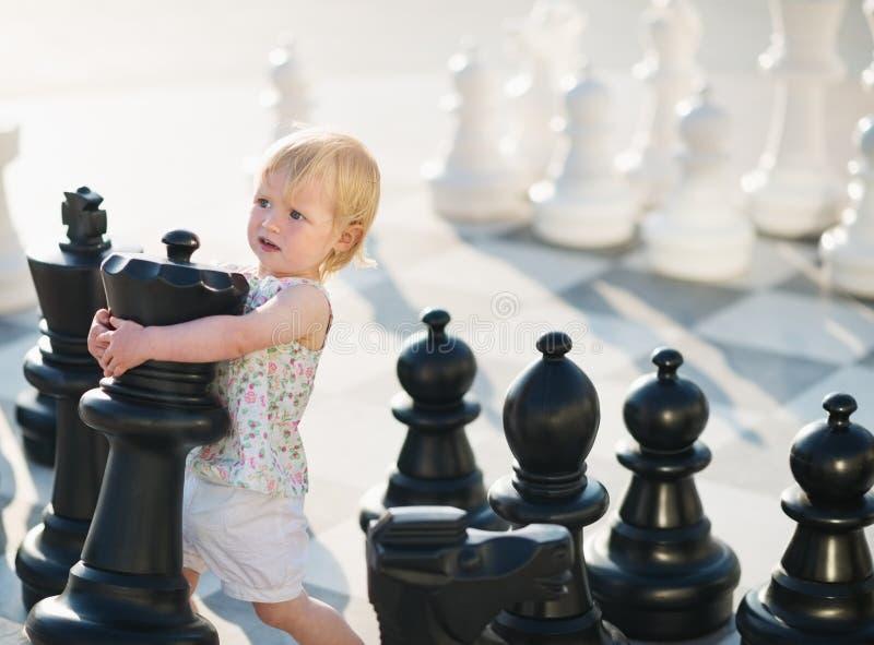 Chéri jouant dans les échecs image libre de droits