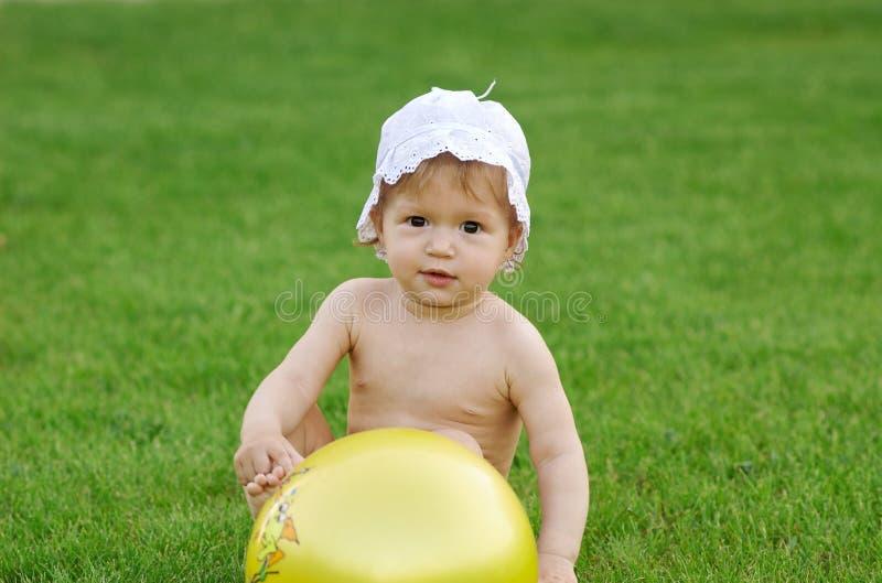 Chéri jouant sur la pelouse verte photos libres de droits