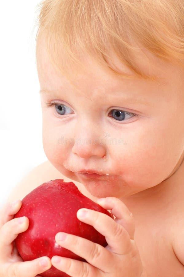 Chéri mangeant la pomme photo libre de droits
