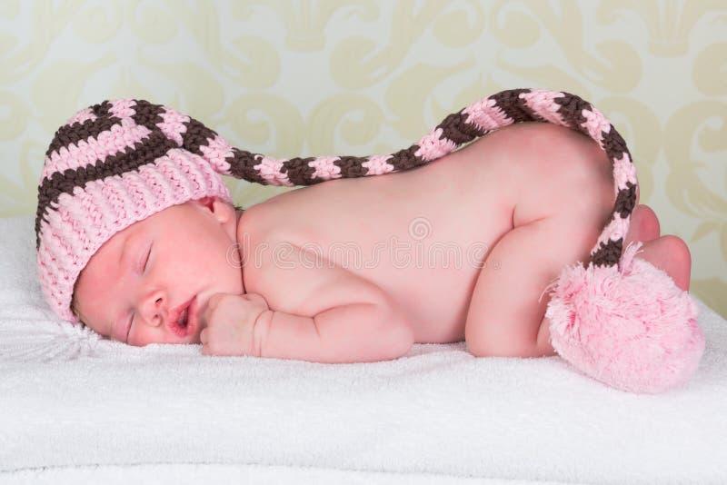 Chéri nouveau-née avec le chapeau de pompom photographie stock