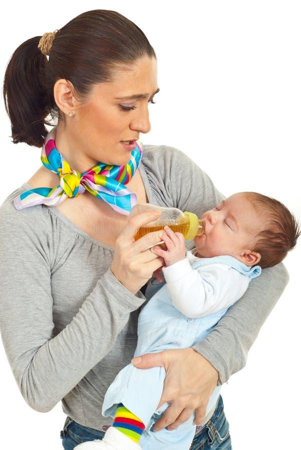 Chéri nouveau-née d'alimentation de mère photos libres de droits