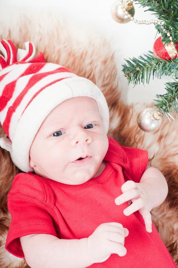 Chéri nouveau-née dans le chapeau de chritstmas photos libres de droits