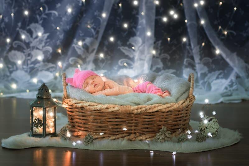 Chéri nouveau-née dans un panier images libres de droits