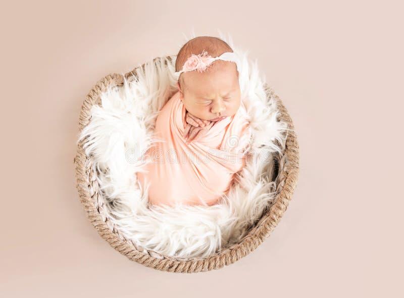 Chéri nouveau-née somnolente mignonne photos stock