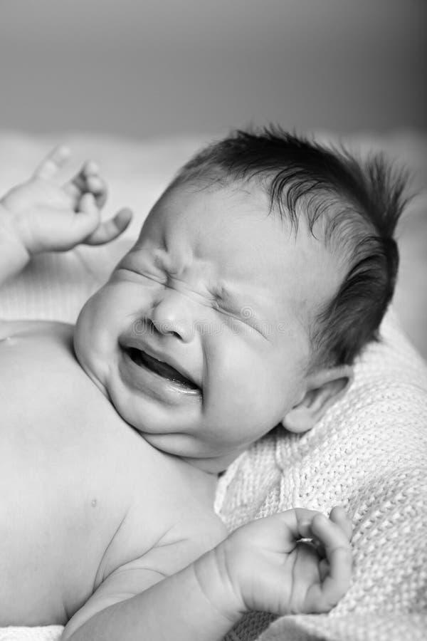 Chéri pleurante nouveau-née photo stock