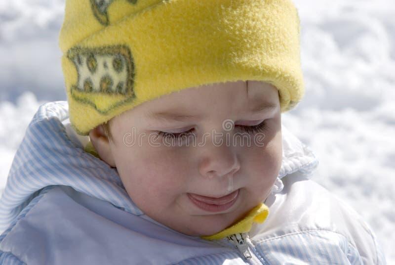 Chéri pleurante sur la neige image libre de droits