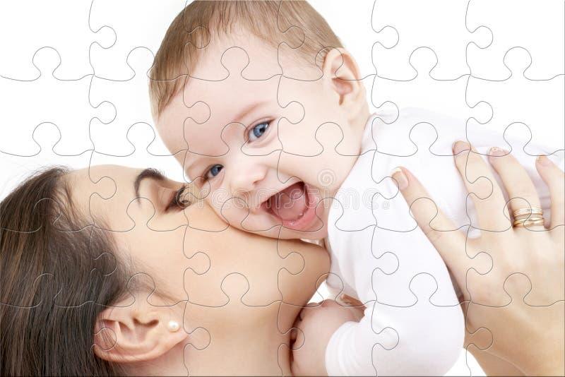 Chéri riante jouant avec le puzzle de mère image stock