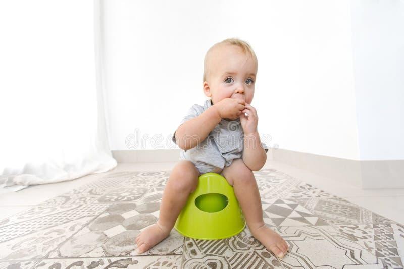 Chéri s'asseyant sur potty photo stock