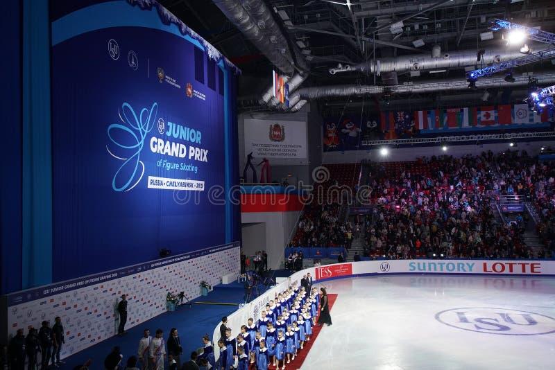 chór dziecięcy wykonuje hymn Federacji Rosyjskiej na lodzie przed otwarciem mistrzostw łyżwiarskich obrazy stock